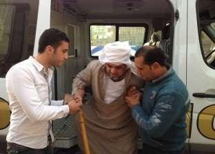 بالصور| قوات الشرطة تنقل مسنا مريضا للإدلاء بصوته في الانتخابات