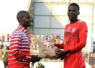 """صور.. حقيقة حصول """"رجل المباراة"""" في ديربي مالاوي على دجاجة كجائزة"""