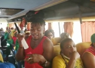 وصلات رقص واحتفالات لجمهور الكاميرون فور وصوله إلى الإسماعيلية