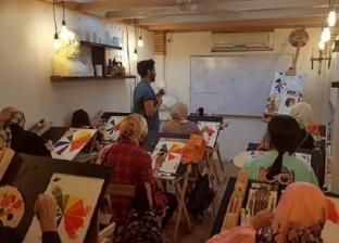 «بتاع الشخبطة».. «أحمد» يربط موهبة الرسم بسوق العمل في بورسعيد
