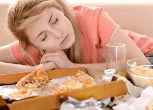 """""""ابتعد عن الهاتف"""".. أشياء بسيطة تخلصك من الشعور بالنعاس بعد الغداء"""