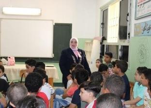 بالصور.. وكيل تعليم كفر الشيخ تناقش تلاميذ مدرسة في المقررات الدراسية