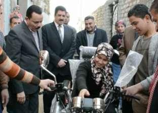 محافظ القليوبية يسلّم دراجة بخارية لطالبة