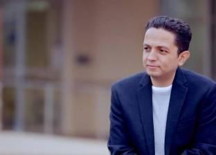 """أحمد فايق يحكي قصة مؤثرة عن والدته: """"باعت حلقها عشان تغطي على فشلي"""""""