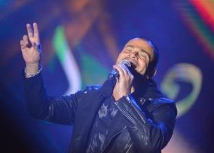 الجماهير تملأ مسرح جامعة أكتوبر استعدادا لوصول عمرو دياب
