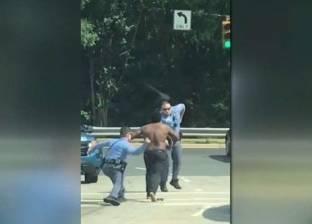 بالفيديو| رجل نصف عار هائج يشبع 4 أفراد شرطة ضربا ولكما!