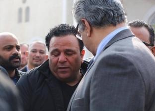 بالصور| انهيار محمد فؤاد خلال تشييع جنازة شقيقه حسن