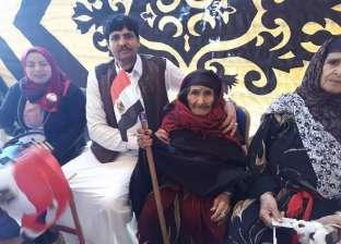 حاملة علم مصر.. عجوز عمرها 125 عاما تشارك في الاستفتاء بمطروح