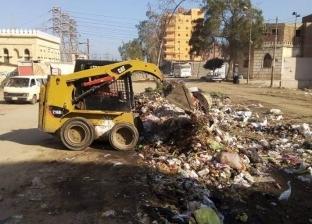 رفع أكوام القمامة من المقلب الوسيط بمركز مطاي في المنيا