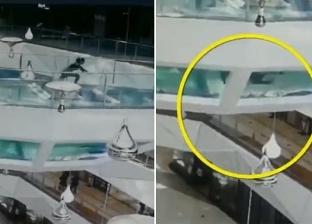 فيديو مرعب.. امرأة سقطت وسط أسماك القرش ونجت من الموت بأعجوبة