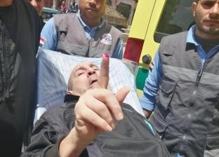 بالصور| نصر الوحيشي.. قصة 20 عاما من المرض ذهبت للجنة الاستفتاء