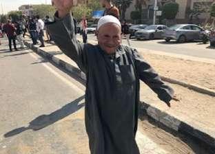 """""""عم شحات"""" يرقص أمام مدرسة بالقاهرة الجديدة: """"مرحب بالدستور"""""""