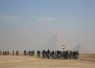 وزير الرياضة يقود ماراثون الدراجات للشباب العربي في سفح الأهرامات