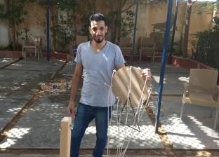 """""""خلي الشباب ينبسط""""..نجار بالإسكندرية يصنع من بواقي الخشب ألعابا جماعية"""