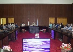 محافظ البحر الأحمر يبحث مع مسؤولي الفنادق السياحية سبل تنمية القطاع