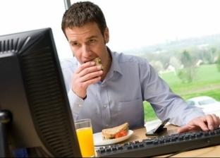 تسبب الإصابة بالسرطان.. 5 عادات خاطئة نفعلها يوميا أثناء تناول الطعام