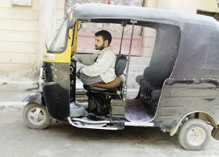 سائق «توك توك» مصاب بالشلل: «باعافر علشان ولادى»