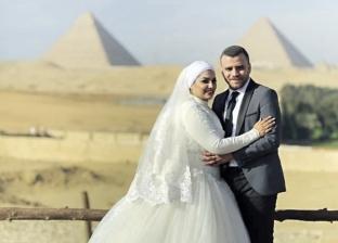 عاشق تاريخ يحتفل بزفافه من مصر الفرعونية إلى العصر الحديث