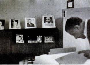 على أرفف مكتبته الخاصة.. عبد الناصر يحتفظ بصور 7 زعماء