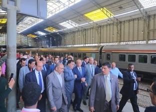 """كامل الوزير يستقل قطار """"القاهرة - الإسكندرية"""""""