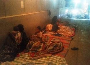 أم وأطفالها الخمسة يفترشون الشارع: «بندفّى بعضنا»
