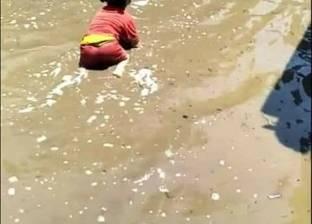 بالصور  ماسورة تحول عزبة أبو بلال بدمياط إلى مسبح