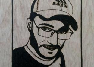 """""""أمين"""" يرسم بالحرق على الخشب ويحتفظ بأعماله: """"محدش بيقدر الهاند ميد"""""""