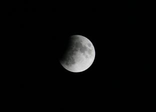 صور ترصد مراحل تطور خسوف القمر في مصر