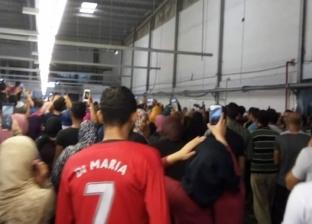 """عمال مصنع """"أرجول إيجيبت"""" يعتصمون ضد قرار الإدارة بعدم صرف بدل الغلاء"""