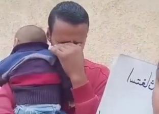 برسالة ودموع.. أب يستغيث لعلاج نجله الرضيع: ابني بيموت قدام عيني