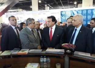 وزير التعليم العالي يتفقد جناح جامعة بنها بمعرض مؤسسة أخبار اليوم