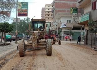 بالصور  رئيس زفتى يباشر أعمال رصف وإنارة الشوارع وتطهير الترع