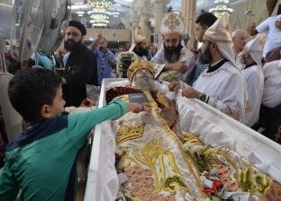 توافد الأقباط على دير دميانة للمشاركة في جنازة الأنبا بيشوي