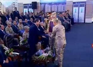 """بالصور  قائد المنطقة الشمالية العسكرية يهدي السيسي """"كتاب الله"""""""