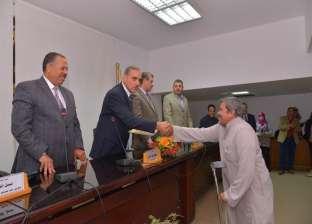 محافظ أسيوط يسلّم 23 عقد تقنين أراضي أملاك الدولة