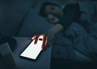 """الهواتف تؤثر على عمرك.. كيف تنفصل عن """"المحمول"""" قبل الذهاب للنوم؟"""