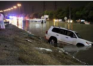 بالفيديو| السيول تغرق الشوارع الرئيسية بالكويت