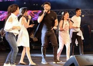 """تامر حسني يختتم حفله بـ""""عيش بشوقك"""" مع مواهب """"The Voice Kids"""""""
