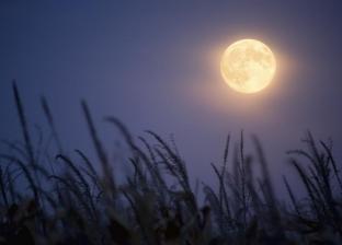 خلال أيام.. القمر يقترن بـ الزهرة ويتعامد على الكعبة