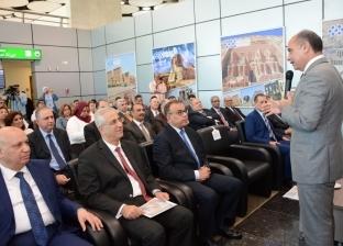 """الفريق يونس المصري يلتقط الصور التذكارية مع العاملين بمطار """"سفنكس"""""""