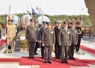 وزير الدفاع يضع إكليل زهور على النصب التذكاري لشهداء القوات المسلحة