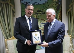 فودة يهدي درع محافظة جنوب سيناء لخريصة مدير الأمن الجديد