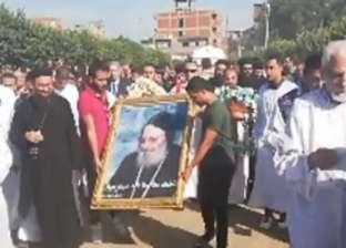 مئات الأقباط والمسلمين يستقبلون جثمان الأنبا بيشوي بدير القديسة دميانة