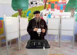 راعي كنيسة حوش عيسى في البحيرة يُدلي بصوته في الاستفتاء