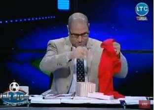 """مالكة قناة فضائية تُهدي مرتضى منصور """"طرحة"""" على الهواء: """"حاجة تناسبه"""""""