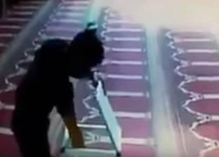 """بالفيديو  شاب يسرق صندوق تبرعات """"مسجد"""" بعد انتهائه من الصلاة والتسبيح"""