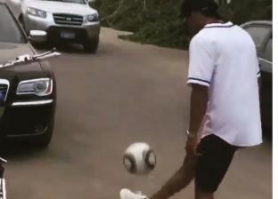 """بالفيديو  """"في الشارع"""".. محمد رمضان يستعرض مهاراته في كرة القدم"""