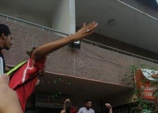 جماهير الأهلي تدعم مؤمن زكريا أمام منزله بعد إصابته