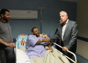 """""""فودة"""" يتفقد أحوال المرضى بمستشفى شرم الشيخ الدولي ويقدم لهم الورود"""
