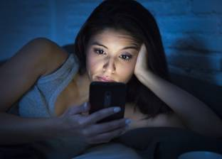 """احذر استخدام """"الموبايل"""" بعد العاشرة مساء.. لهذا السبب"""